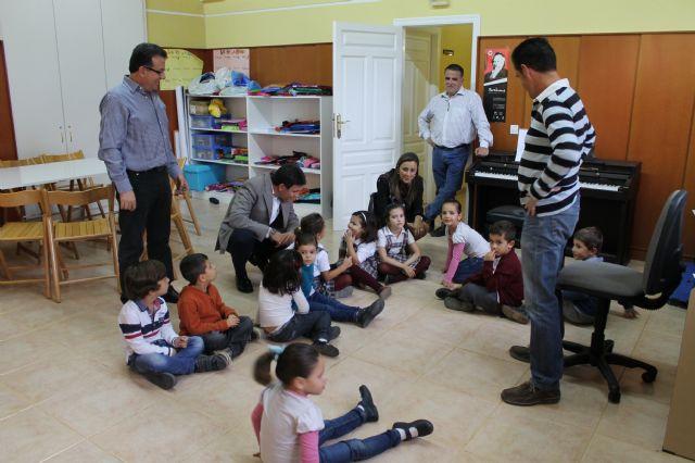 El alcalde visita la Escuela Municipal de música interesado por su funcionamiento y sus necesidades, Foto 1