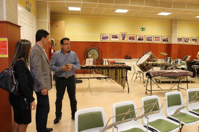 El alcalde visita la Escuela Municipal de música interesado por su funcionamiento y sus necesidades, Foto 2