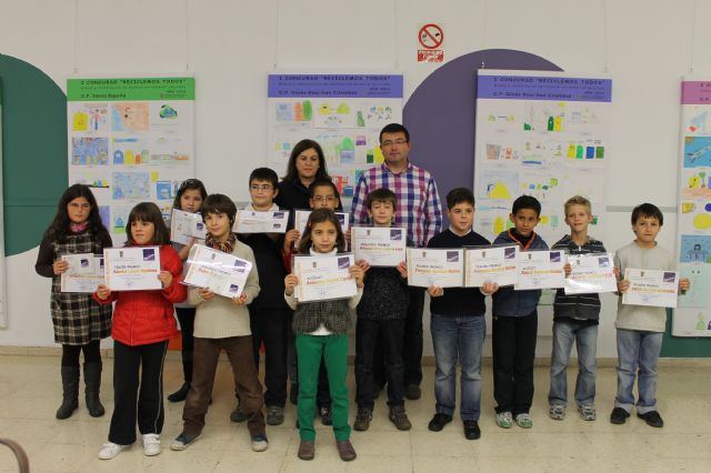 Los niños de 4° de la ESO despliegan su imaginación y presenta creativos dibujos y juguetes hechos con materiales para reciclar, Foto 1