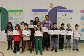 Los niños de 4� de la ESO despliegan su imaginaci�n y presenta creativos dibujos y juguetes hechos con materiales para reciclar