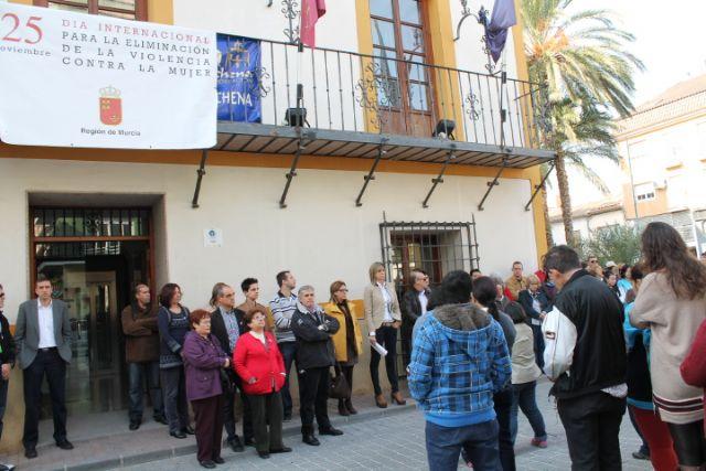 Unas 200 personas se concentran en plaza de España contra la violencia machista con motivo del 25 de Noviembre - 1, Foto 1
