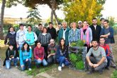 Los alumnos del taller de huertos en espacios reducidos despiden el curso con un jardín vertical en un palé