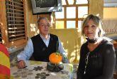 Un vecino de La Ribera recolecta, en su jardín,  una naranja de casi 1 kilo de peso