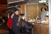 La Feria de Artesan�a instalada en el Atrio de San L�zaro ofrece todo tipo de productos elaborados por alhameños