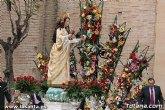 La patrona de Totana, Santa Eulalia, recibió cientos de flores en la tradicional ofrenda