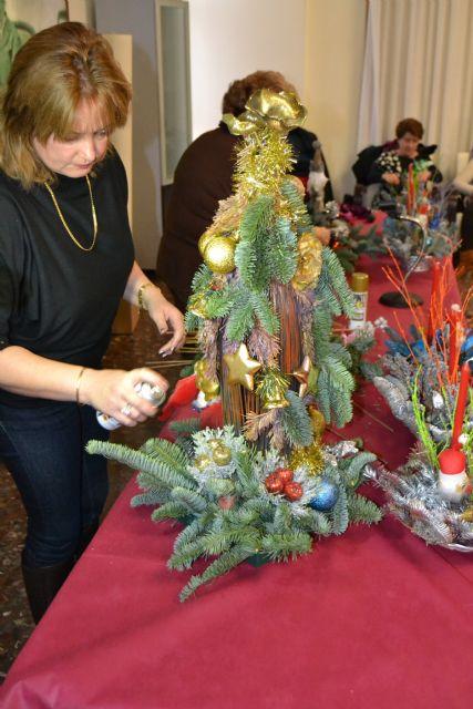 Las amas de casa celebran la Navidad con su tradicional sorteo y exhibición de centros decorativos - 2, Foto 2