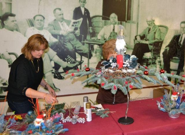 Las amas de casa celebran la Navidad con su tradicional sorteo y exhibición de centros decorativos - 3, Foto 3