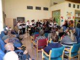Los mayores del Centro de Día del Algar celebran la Navidad