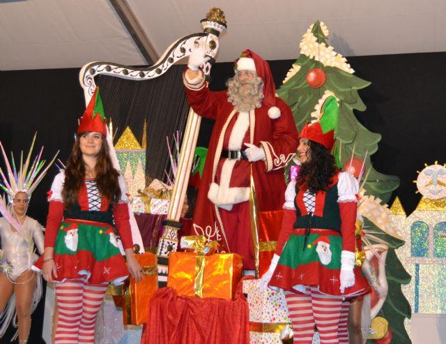 Papá Noel reparte cientos de regalos a los niños pinatarenses en la carpa municipal - 1, Foto 1