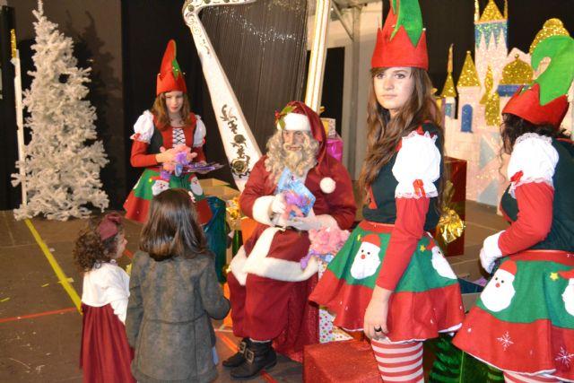 Papá Noel reparte cientos de regalos a los niños pinatarenses en la carpa municipal - 4, Foto 4