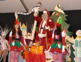 Papá Noel reparte cientos de regalos a los niños pinatarenses en la carpa municipal