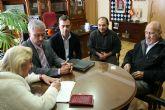 Firmada la escritura de donación de cuadros del pintor Juan Ricolopez al Ayuntamiento de Yecla