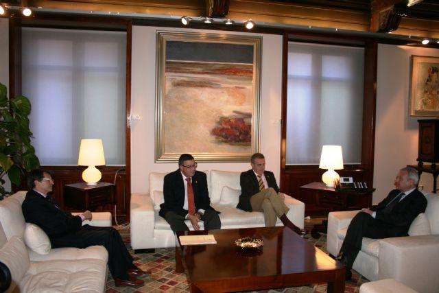 El presidente de la Comunidad recibe a los presidentes de los pasos Blanco y Azul de Lorca - 1, Foto 1