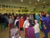 Abuelos y nietos compartes juegos en las fiestas intergeneracionales de los centros de mayores