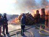 Bomberos del CEIS controlan un incendio declarado en una fábrica de palets en Fortuna
