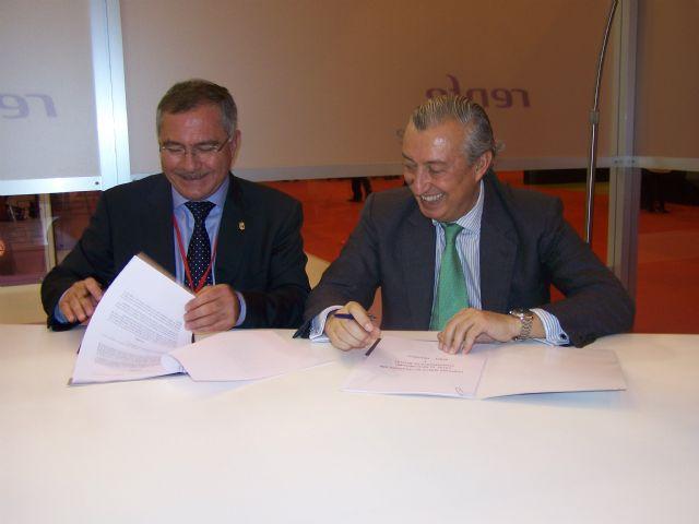 El alcalde de Águilas y el presidente de Renfe firman un convenio de colaboración en FITUR - 2, Foto 2