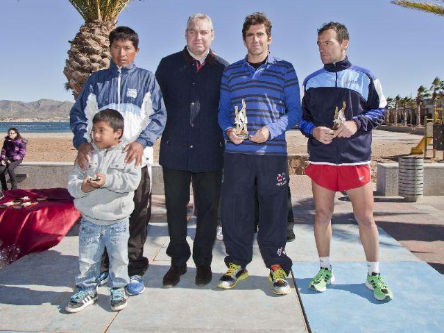 Más de 300 atletas desafían al viento durante la II Media Maratón Bahía de Mazarrón - 1, Foto 1