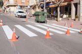 Realizan trabajos de repintado de la señalización horizontal en la Avenida de Lorca y calle General Aznar