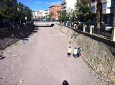 Realizan trabajos de limpieza y mantenimiento en el cauce de la rambla de La Santa a su paso por el casco urbano
