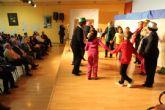 Mayores y escolares de 6 años intercambian cuentos y canciones de la infancia de sus abuelos
