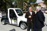 La empresa de servicios Sercomosa de Molina de Segura presenta un nuevo vehículo eléctrico para trabajos de mantenimiento en zonas verdes del centro urbano