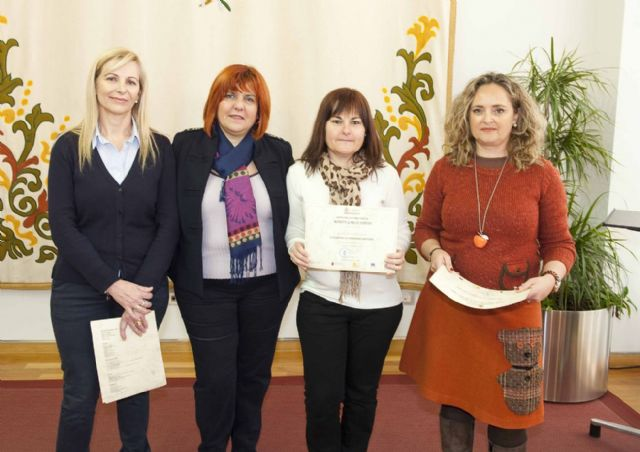 Entregados los diplomas de los cursos de Cuidadora de Personas Mayores e Informática - 5, Foto 5