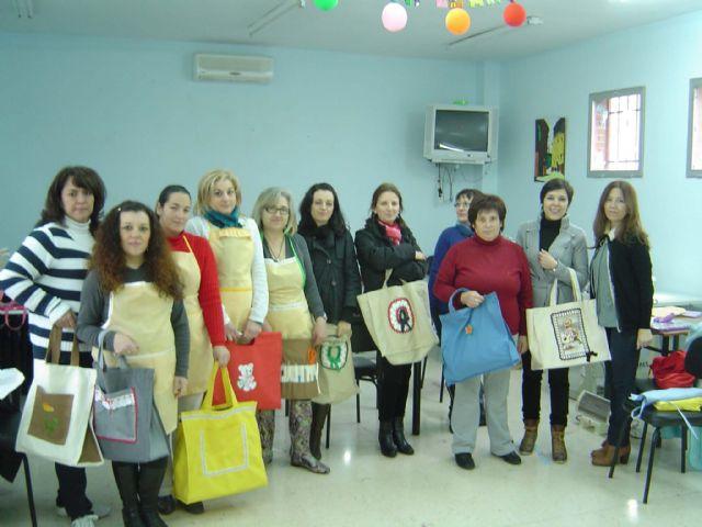 El Ayuntamiento imparte un curso de costura a mujeres en situación de desempleo - 1, Foto 1