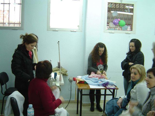 El Ayuntamiento imparte un curso de costura a mujeres en situación de desempleo - 2, Foto 2