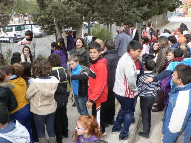 Los colegios de Mazarrón se divierten reforestando los pinos de la campaña de Navidad - 2, Foto 2