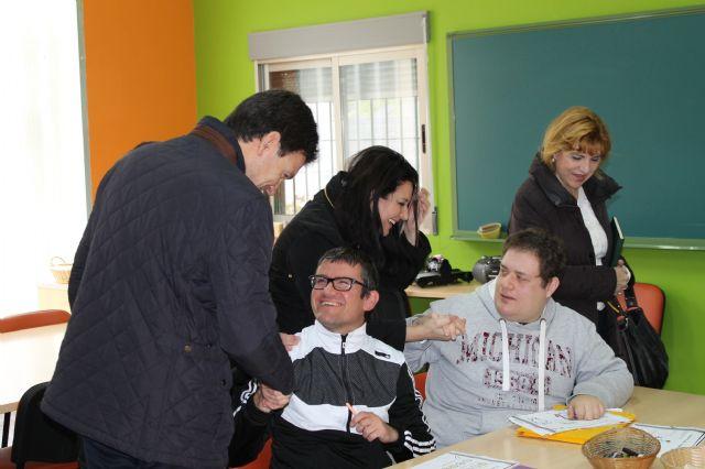 Representantes de la Comisión Especial de Discapacidad de la Asamblea Regional visitan los centros de día del municipio, Foto 2