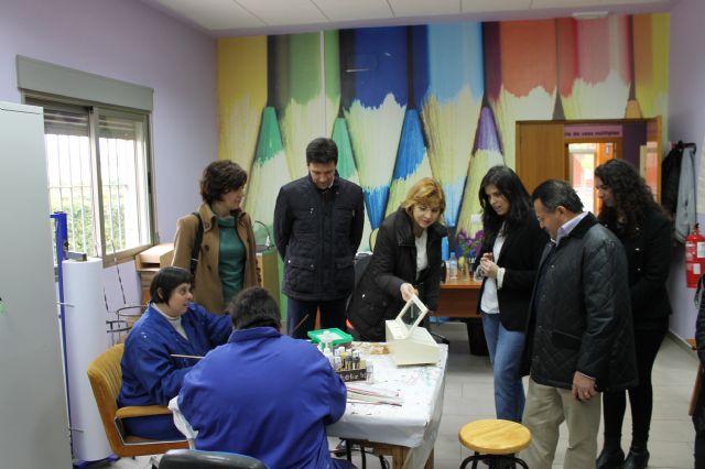 Representantes de la Comisión Especial de Discapacidad de la Asamblea Regional visitan los centros de día del municipio, Foto 3