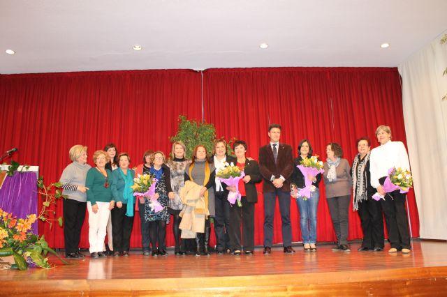 María Sánchez, recibe de manos del alcalde el broche que la distingue como Premio Violeta 2013, Foto 1