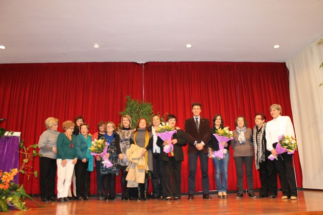 María Sánchez, recibe de manos del alcalde el broche que la distingue como Premio Violeta 2013, Foto 2