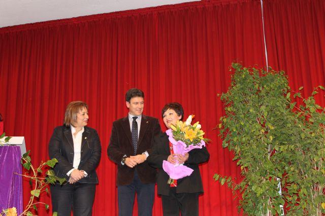 María Sánchez, recibe de manos del alcalde el broche que la distingue como Premio Violeta 2013, Foto 3