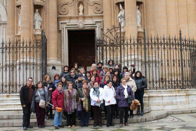 Cuarenta mujeres de la localidad viajan a Granada en el último acto de la programación conmemorativa del Día de la Mujer, Foto 1