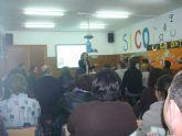 Gran acogida de asistentes de la primera charla de la escuela de padres 'El papel de padres y madres en el proceso de aprender'