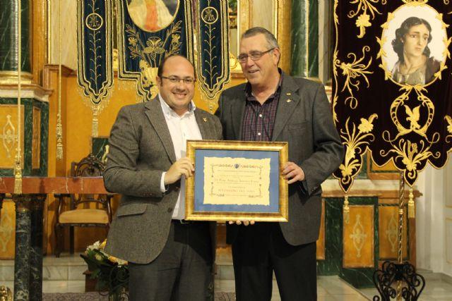 La Cofradía de la Stma. Virgen de los Dolores otorgó el título de 'Nazareno del Año' al Alcalde de Puerto Lumbreras - 1, Foto 1