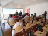 Diplomas para los participantes en el curso de mantenimiento de edificios de viviendas municipales del Infante