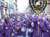 Los pequeños tamborileros y tamborileras de la Asociación de Tambores Cristo de la Sangre tiñen las calles de morado en su quinta Tamborada Infantil