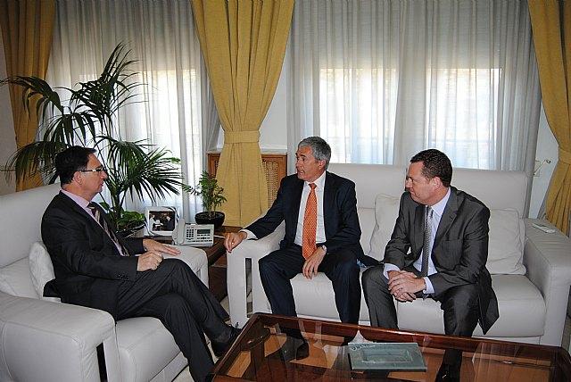 El delegado del Gobierno recibe a Pedro Vicente Gallut, nuevo director del Aeropuerto de Murcia-San Javier - 1, Foto 1
