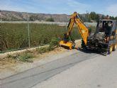 Una desbrozadora municipal se encarga de quitar la mala hierba de los caminos municipales