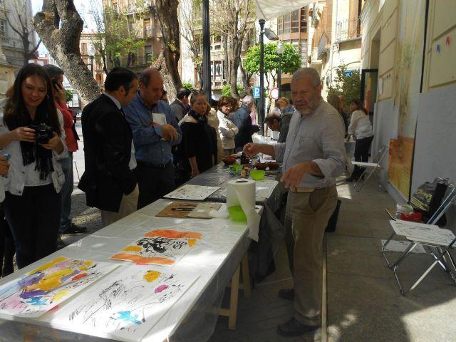Los pintores Severo Almansa y Willy Ramos pintan en la puerta del Museo Ramón Gaya para conmemorar el Día Internacional del Libro - 2, Foto 2