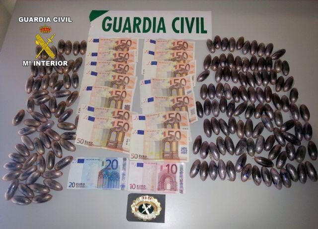 La Guardia Civil detiene a dos personas con más de 150 bellotas de hachís ocultas en maletas de viaje - 2, Foto 2