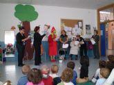 El taller de lectura del Centro de Mayores de El Mirador llevó una moderna 'Caperucita' a la Escuela Infantil de la localidad