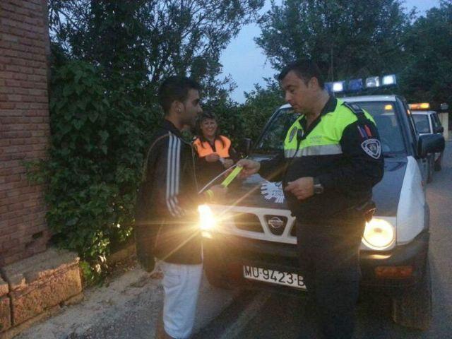 Protección Civil y Policía Local distribuyen pulseras reflectantes a viandantes y ciclistas, Foto 1