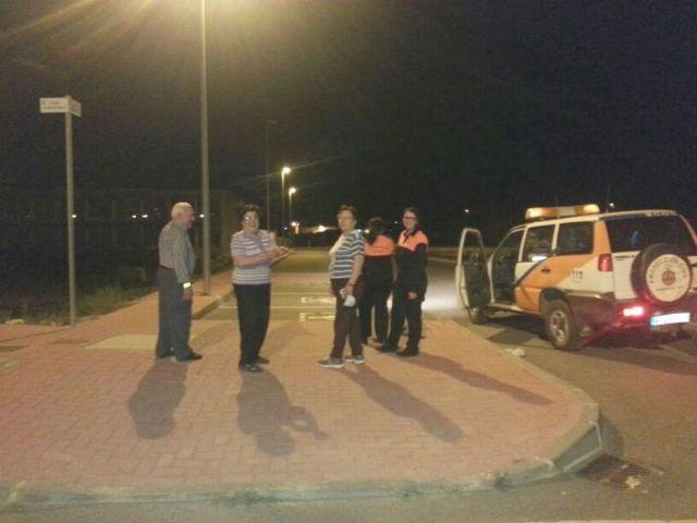 Protección Civil y Policía Local distribuyen pulseras reflectantes a viandantes y ciclistas, Foto 2