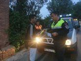 Protecci�n Civil y Polic�a Local distribuyen pulseras reflectantes a viandantes y ciclistas