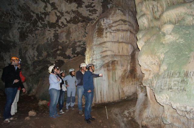 Autoridades municipales visitan la Cueva de la Moneda en el Parque Natural de Sierra Espuña, Foto 3