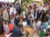 Decenas de personas visitan el Mercadillo Artesano de La Santa que se celebró este fin de semana en el entorno de La Santa