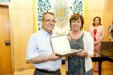 La alcaldesa desea una larga y sana jubilación a los funcionarios jubilados en el último año
